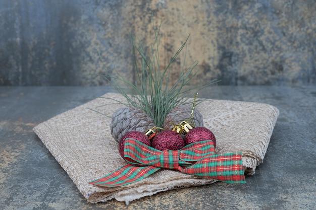 大理石のテーブルにさまざまなクリスマスの飾りと黄麻布。高品質の写真 無料写真