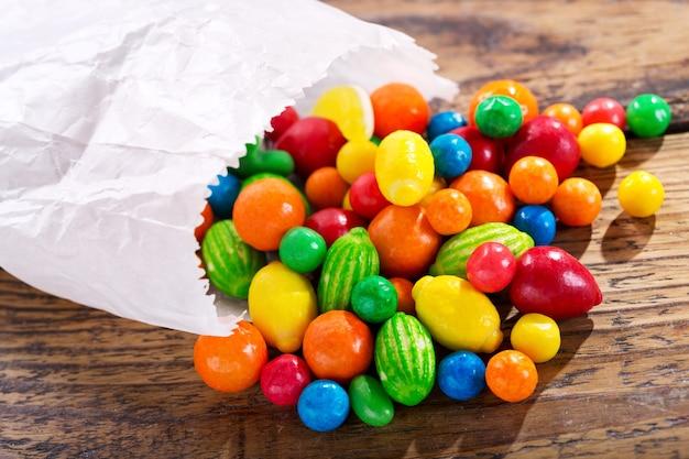 나무 테이블에 다양 한 화려한 사탕 프리미엄 사진