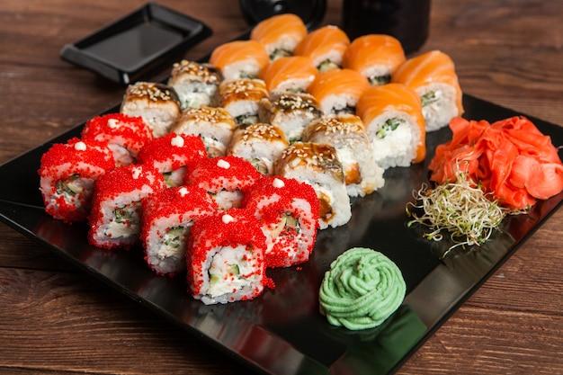 Различные вкусные виды суши-роллов. Premium Фотографии