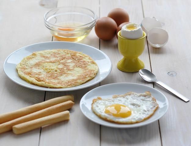 卵、オムレツ、混乱した卵からの様々な料理 Premium写真