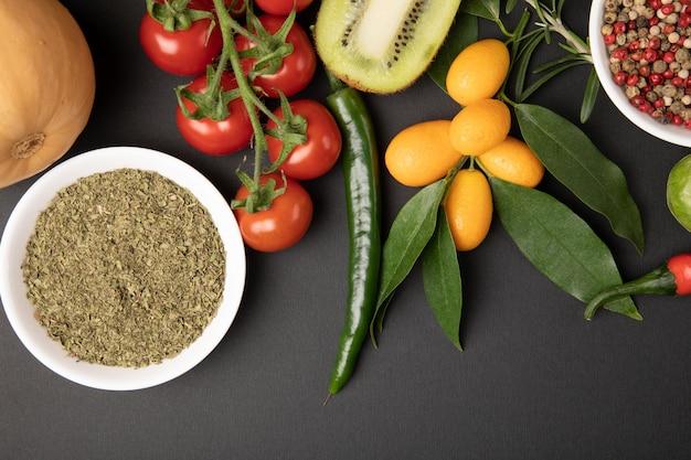 Различные фрукты и овощи на сером столе Бесплатные Фотографии