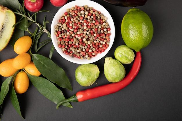 Различные фрукты и овощи на сером Бесплатные Фотографии