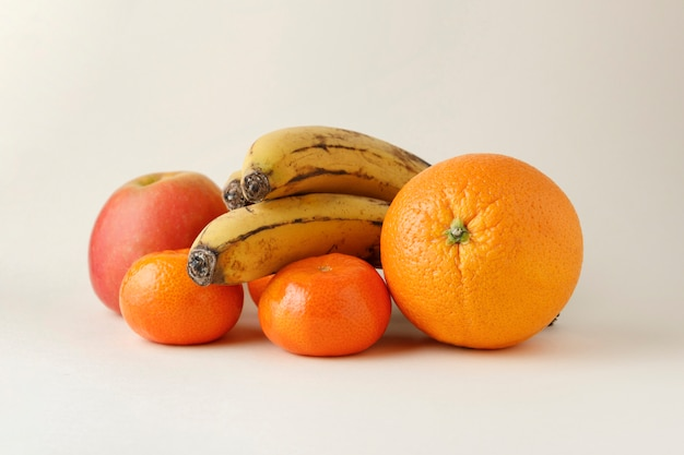 Различные фрукты на ровной поверхности Premium Фотографии