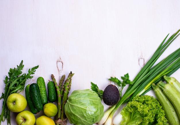 Различные зеленые овощи и фрукты Premium Фотографии