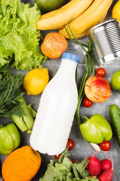 Различная здоровая еда на сером космосе. вид сверху. пищевое пространство Premium Фотографии
