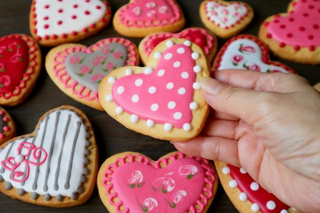Королевское печенье с глазурью в форме сердца Premium Фотографии