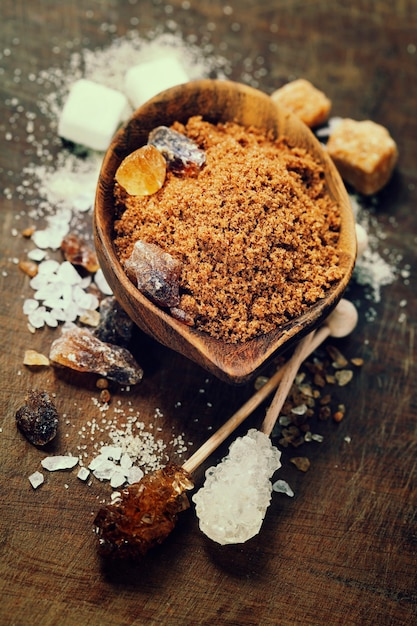 Различные виды сахара в деревянных мисках Premium Фотографии