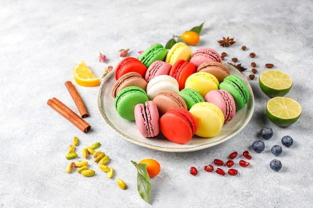 Vari amaretti con pistacchi, frutta, bacche, chicchi di caffè. Foto Gratuite