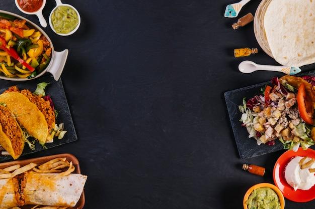暗い背景にある様々なメキシカン料理 Premium写真