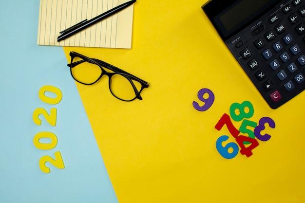 Vari strumenti per ufficio e cifre sul tavolo Foto Gratuite