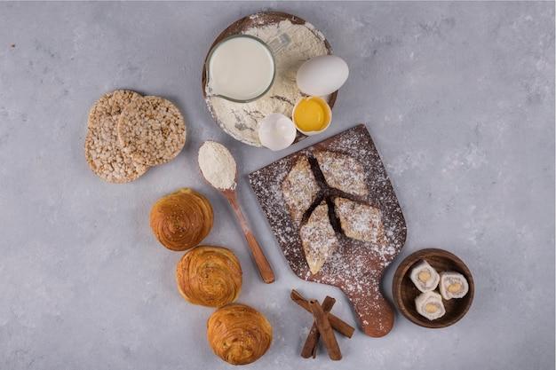 Различная выпечка и ингредиенты на столе Бесплатные Фотографии