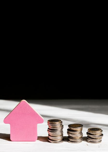 Varie pile di monete e frecce che indicano lo spazio della copia Foto Gratuite
