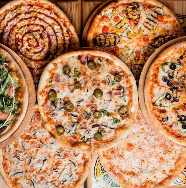 Различные пиццы на столе вид сверху | Бесплатно Фото