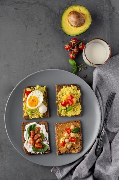 Vari toast con crema vegetariana sulla piastra Foto Gratuite