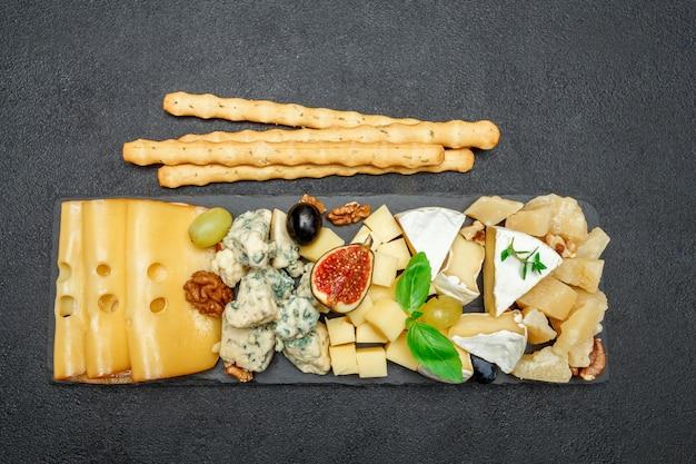 石板にチーズ各種 Premium写真