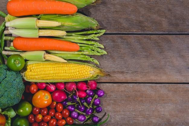 生鮮食品のおいしいと健康的なvaris野菜の背景は木製のテーブル Premium写真