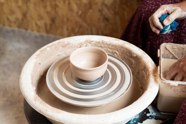 Vaso in argilla su tornio da vasaio Foto Gratuite