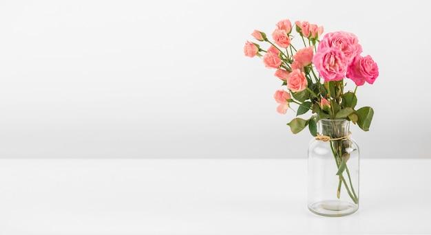 테이블에 장미와 꽃병 무료 사진