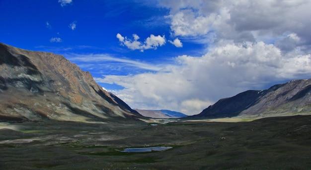 山の丘と空のある広大な谷 無料写真