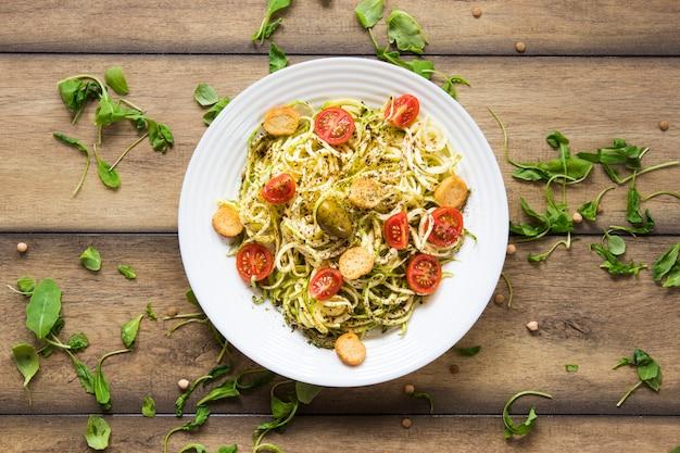 Веганские макароны на белой тарелке Бесплатные Фотографии