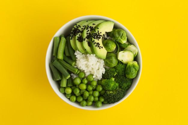 ビーガンポークボウルライスとボウルにグリーン野菜 Premium写真