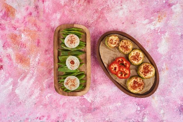 Салат из овощей и фруктов на деревянных досках. Бесплатные Фотографии