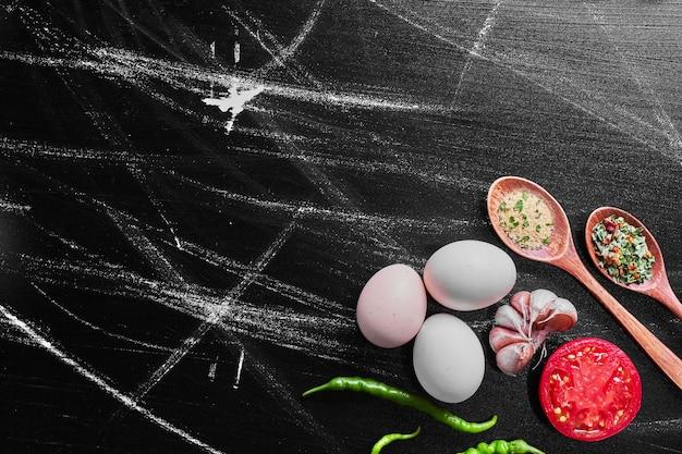 Смесь овощей и специй на черном столе. Бесплатные Фотографии