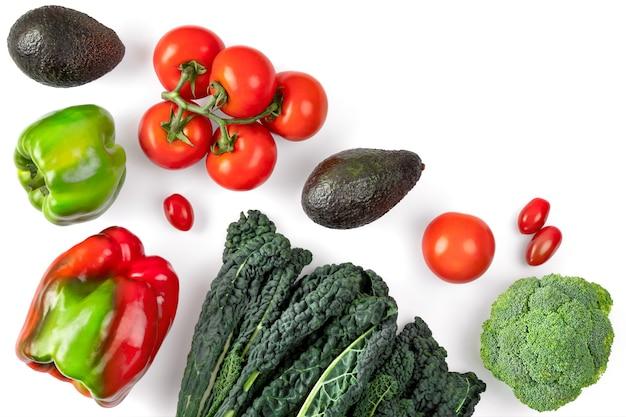 Овощной состав на белом пространстве. черная кудрявая капуста, помидоры, Premium Фотографии