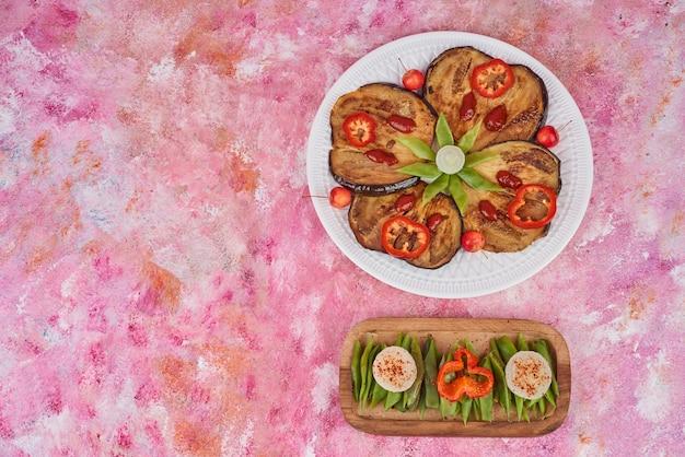 Овощной салат в деревянной тарелке и в белой тарелке. Бесплатные Фотографии