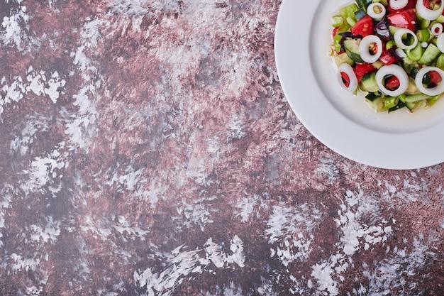 白い皿にみじん切りとみじん切りの食材を使った野菜サラダ 無料写真