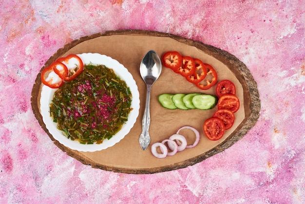 木製の大皿に野菜スープ。 無料写真