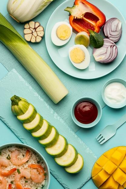 ビューの上に野菜と魚の食事 無料写真