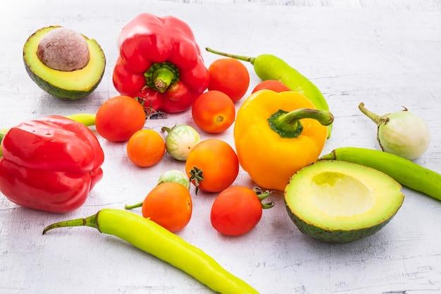 野菜と果物白い木製の背景に。 Premium写真