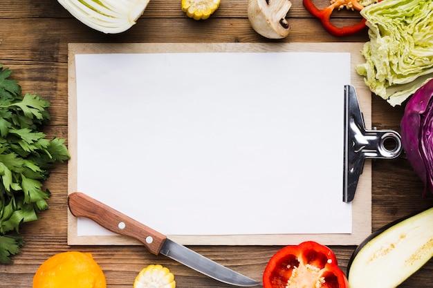 Ассорти овощей на деревянных фоне с пустым буфером обмена Бесплатные Фотографии