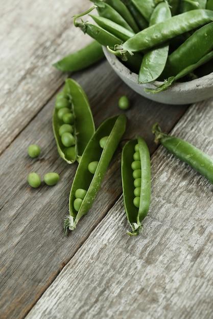 野菜。テーブルの上のグリーンピース 無料写真