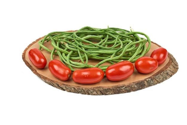 Verdure su una tavola di legno sul bianco. Foto Gratuite