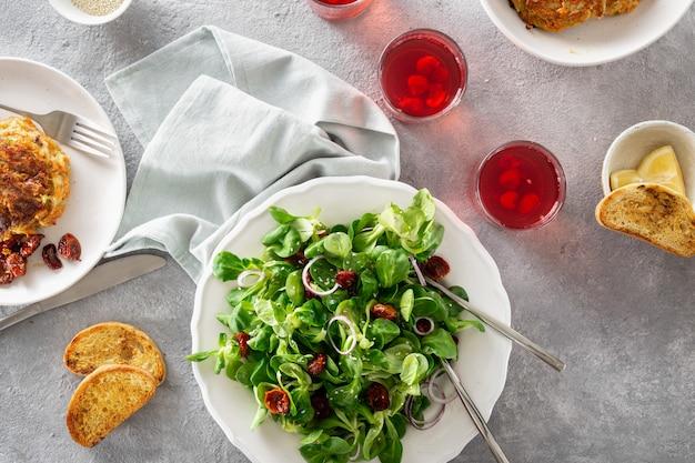 Vegetarian dinner with vegetable salad Premium Photo