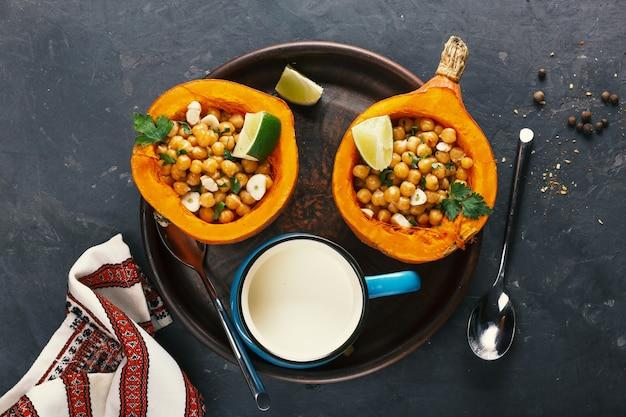 병아리 콩과 허브를 곁들인 채식 홋카이도 호박 프리미엄 사진