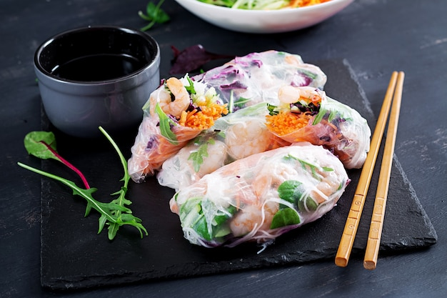 Vegetarian vietnamese spring rolls with spicy shrimps, prawns,  carrot, cucumber, red cabbage and rice noodle. Premium Photo