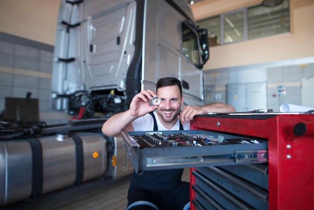 트럭 서비스를위한 예비 부품을 들고 도구 카트에 의해 차량 정비사 서 무료 사진