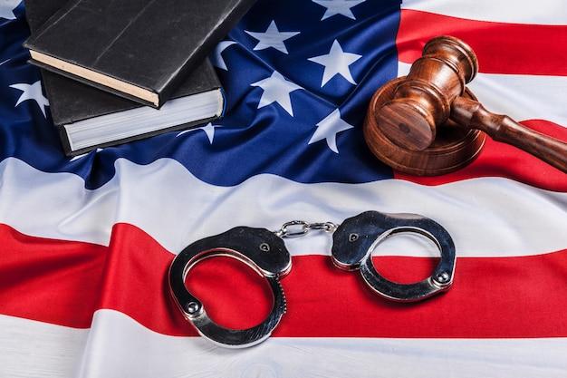小vel、手錠、アメリカの国旗 Premium写真