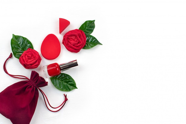 Velvet bag gifts red roses green leaves cosmetics Premium Photo