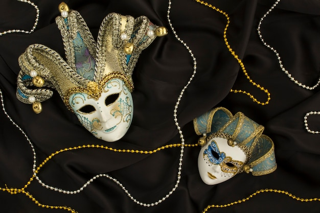 Венецианская карнавальная маска на черном шелке Premium Фотографии