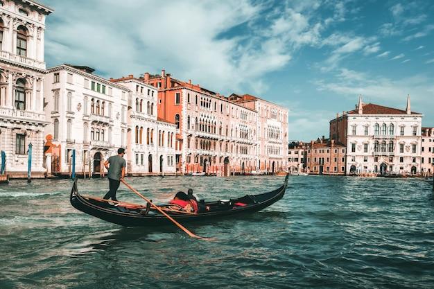 Венецианский гондольер punts gondola в венеции, италия Premium Фотографии