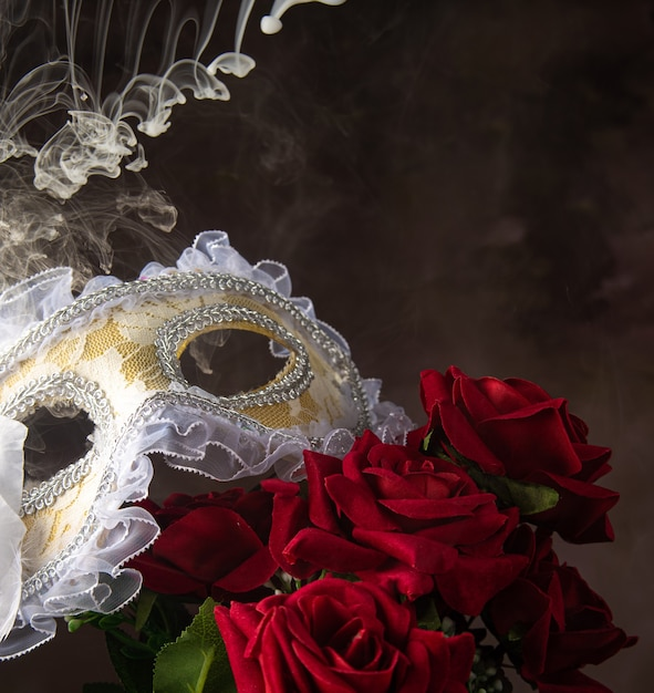 베네 치안 마스크, 장미와 아름다운 모양의 연기, 선택적 초점. 프리미엄 사진