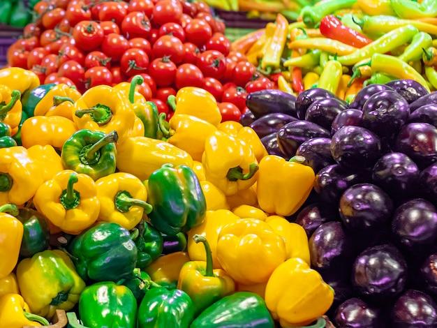 市場のカウンターにあるさまざまな野菜 Premium写真