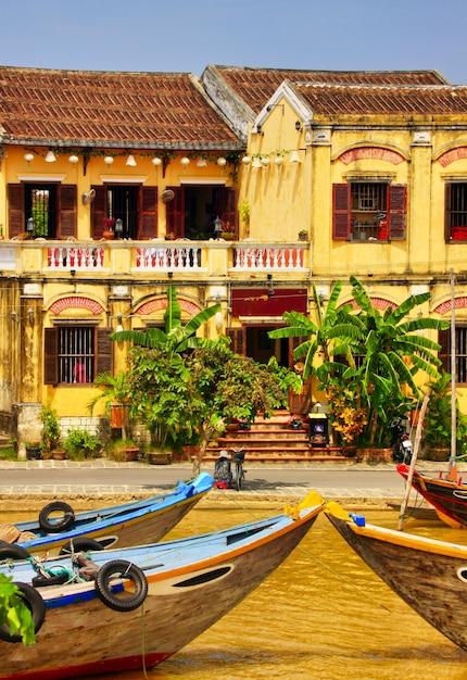 Вертикальные красивые здания и лодки в хойане, вьетнам Бесплатные Фотографии