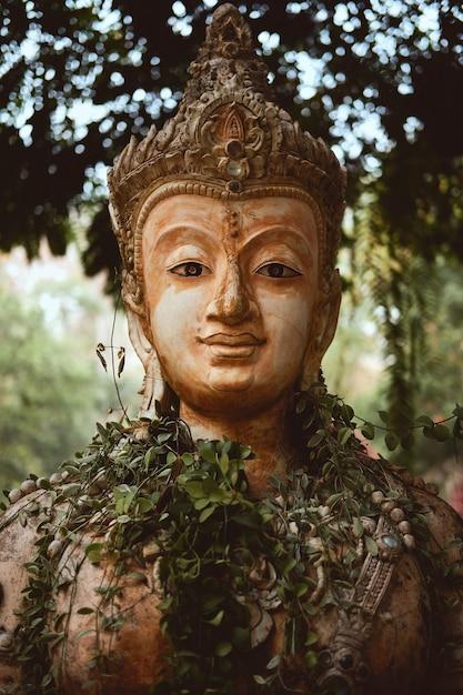 Primo piano verticale della statua del guardiano nel tempio buddista pha lat a chiang mai, thailandia Foto Gratuite