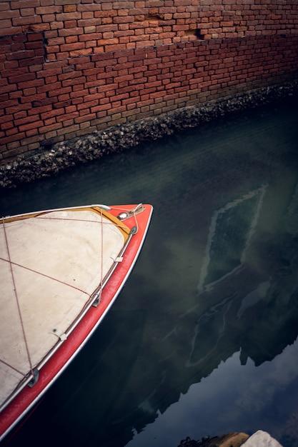 イタリア、ベニスのグランドチャンネルのボートの垂直クローズアップ 無料写真