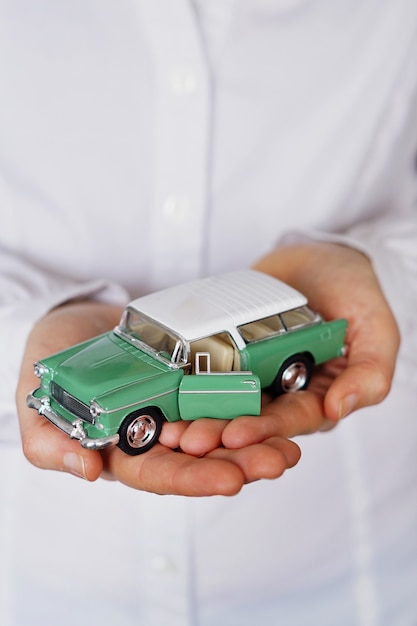 Вертикальный снимок крупным планом человека, думающего о покупке нового автомобиля или продаже транспортного средства Бесплатные Фотографии
